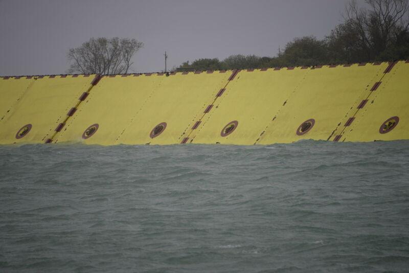 Zapory chroniące Wenecję (PAP/EPA/Andrea Merola)