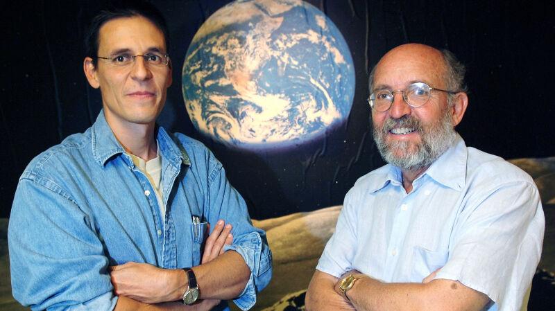 Dwóch Szwajcarów - Michel Mayor i Didier Queloz otrzymało Nagrodę Nobla (PAP/EPA/LAURENT GILLIERON)