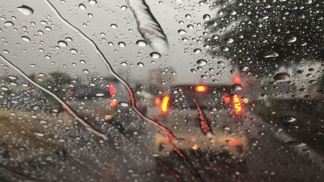 Silny wiatr i burze. Podróże po polskich drogach mogą być utrudnione